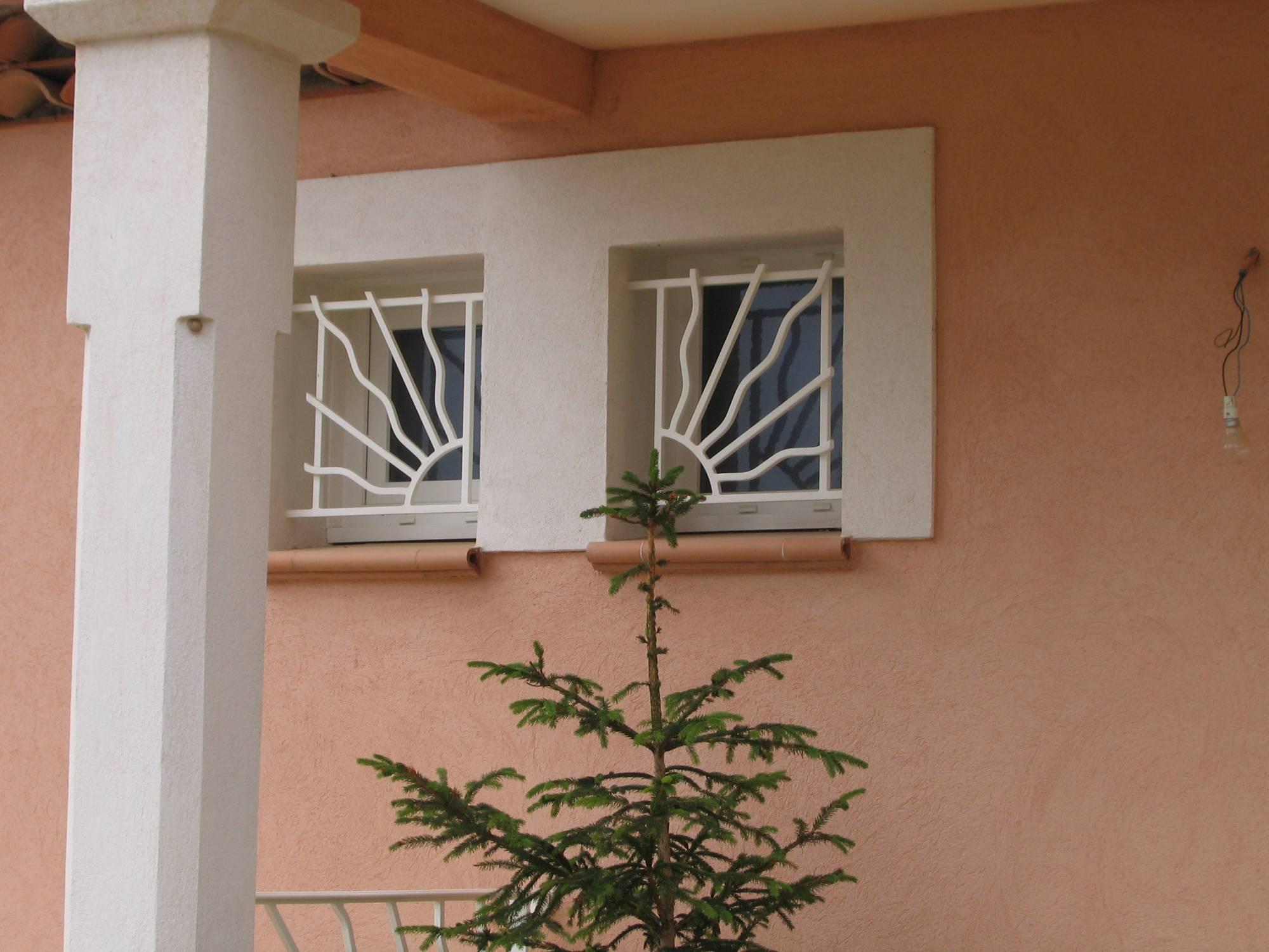 fabrication grille de d fense traditionnelle mod le kim ferronnerie hy res var la ferronhyeres. Black Bedroom Furniture Sets. Home Design Ideas